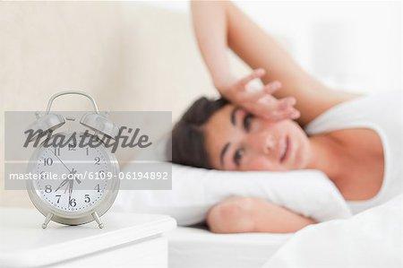 Cute brunette réveiller par son alarme