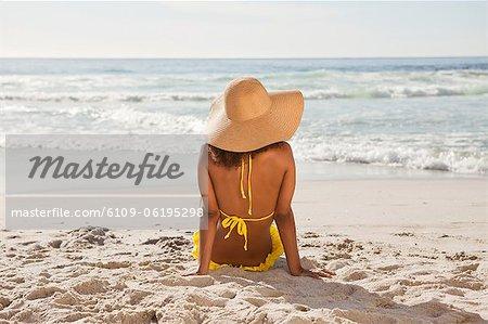 Vue arrière d'une jeune femme regardant l'océan