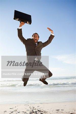 Jeune entrepreneur, sauter sur la plage