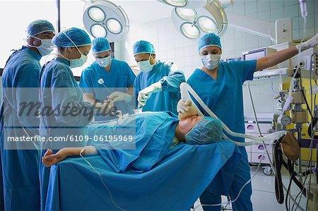 Gruppe von Chirurgen des Krankenhauses Betrieb ein Patienten