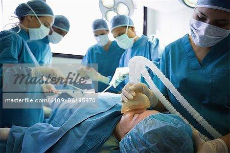 Bewusstlosen Patienten wird betrieben von Chirurgen