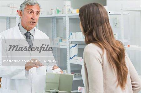 Männlichen Apotheker im Gespräch mit einer Frau