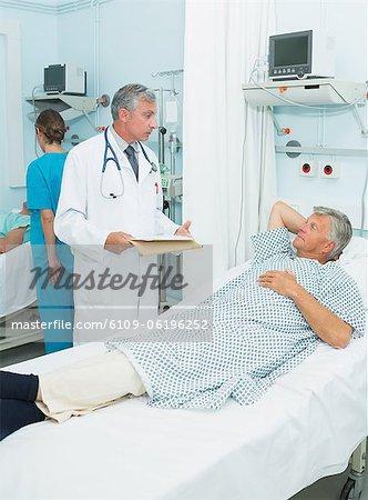 Médecin parler avec un patient dans un service de chambre
