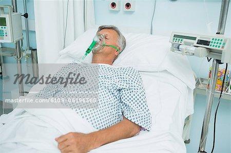 Bewusstlosen Patienten auf einem Bett mit einer Sauerstoffmaske