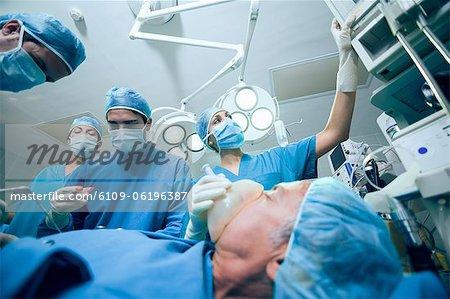 Op-Team eines Operationssaales Betrieb ein Patienten