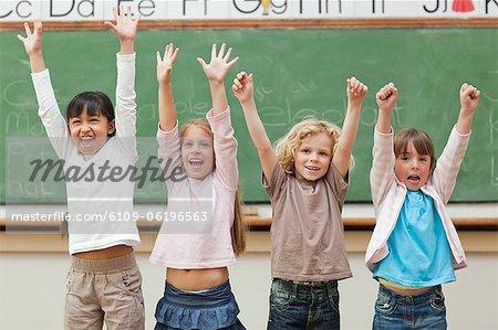 Célébrant les élèves devant le tableau noir