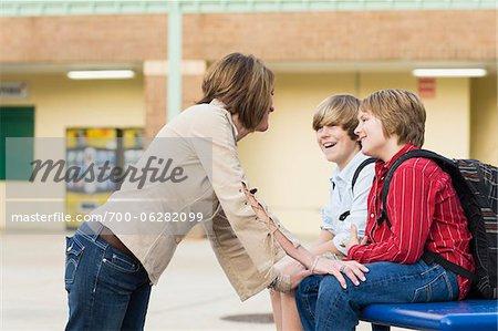 Mère parler à deux fils