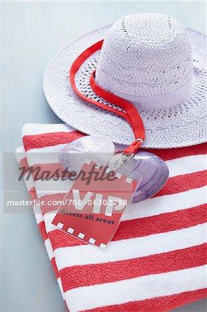 Pass VIP, chapeau pour le soleil et serviette rayée