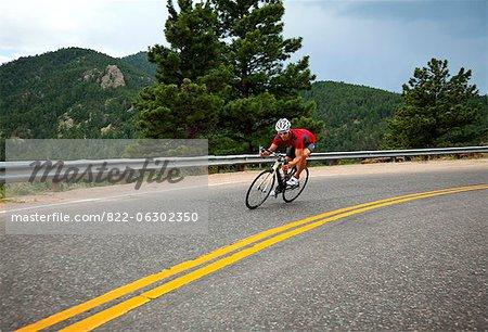 Cycliste arrondi un Bend