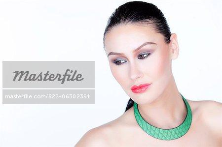 Frau mit rotem Lippenstift und grüne Halskette