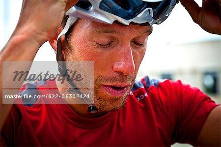 Gros plan du cycliste avec bras soulevé