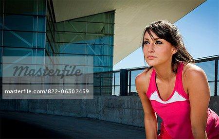 Portrait de jeune femme en vêtements de sport