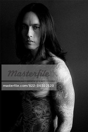 Porträt des Mannes in Tätowierungen bedeckt