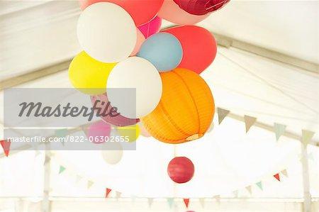 Lanternes en papier et des ballons de fête flottant à l'intérieur d'un rectangle de sélection