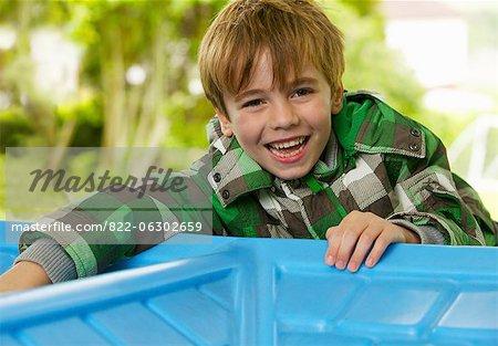 Jeune garçon en riant