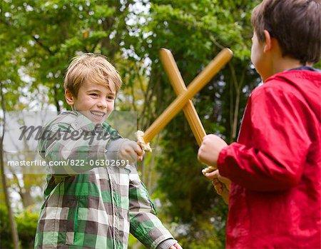 Deux jeunes garçons jouant au combat à l'épée
