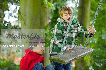 Deux jeunes garçons jouant sur une balançoire