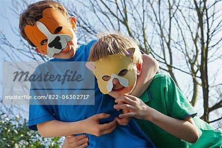 Deux garçons portant des masques d'animaux déconner