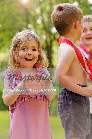 Lächelnd junges Mädchen mit Pappe-Medaille