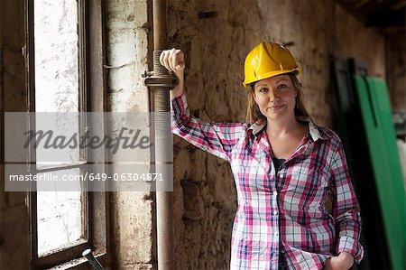 Bauarbeiter lächelnd vor Ort