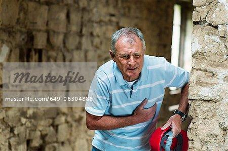 Bauarbeiter umklammert seine Brust