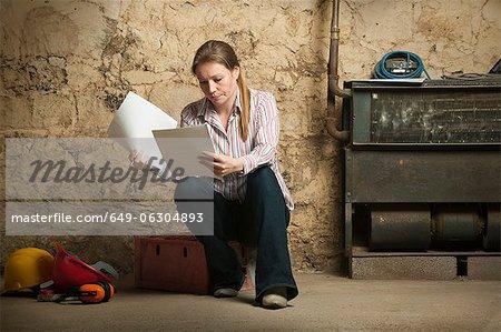 Frau Prüfung Papiere im Haus