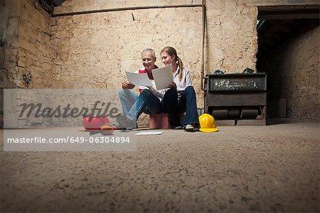 Vater und Tochter Prüfung Papiere