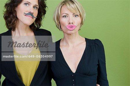 Femmes portant moustache et lèvres fausses