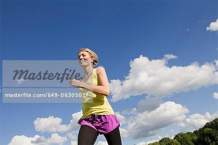 Femme jogging en plein air