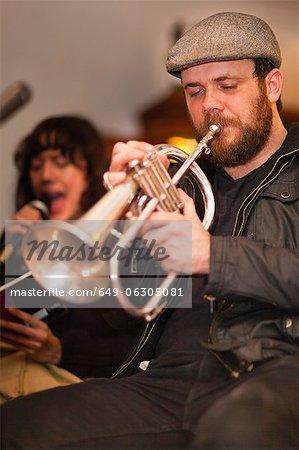Trompeter üben mit band