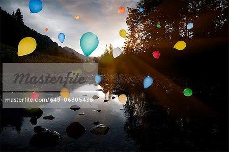 Ballons flottant au-dessus du lac toujours accidenté