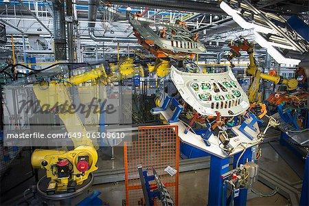Robots de manutention des pièces usine automobile