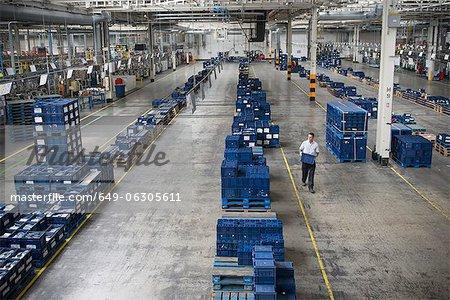 Sélection de pièces automobiles en usine automobile de travailleur