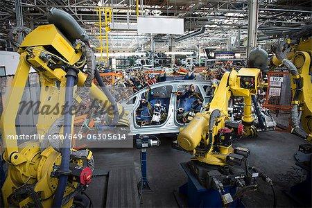 Robots de soudage carrosserie en usine automobile