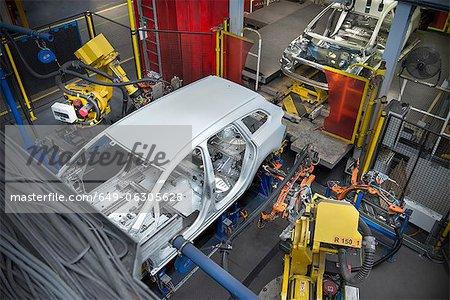 Carrosserie de la voiture avec des robots sur ligne de production en usine automobile
