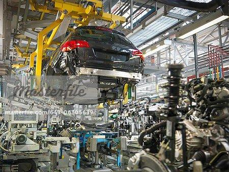 Mariage de transmission de Carosserie et moteur de voiture en usine automobile