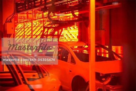 Carrosseries dans l'atelier de peinture en usine automobile