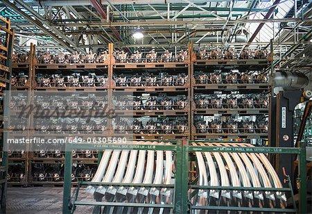 Magasin de moteurs à l'usine de voiture
