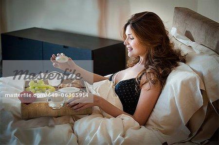 Femme, manger le petit déjeuner au lit