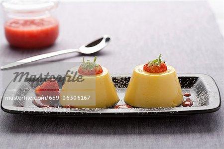 Budino Alla Vaniglia (Vanillepudding mit Erdbeersauce)