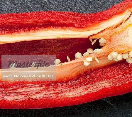 Paprika in Scheiben geschnitten, um Samen und Rippen