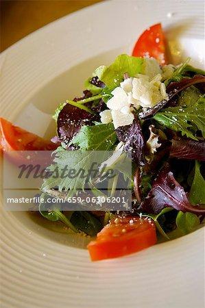 Salade mesclun de bébé bio, tomates et fromage