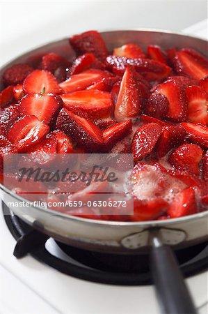 Fraises bouillir vers le bas pour la confiture de fraises