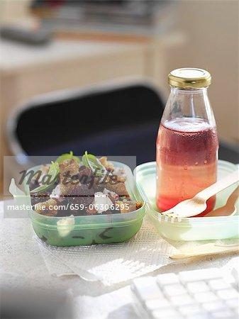 Salade de betteraves avec des croûtons et une bouteille de jus pour le déjeuner