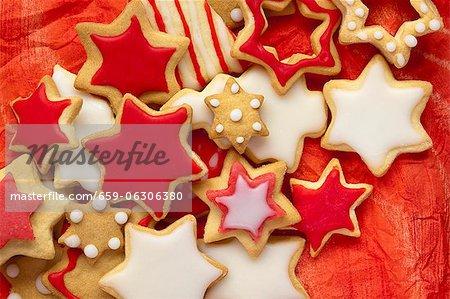 Biscuits de Noël avec glaçage rouge et blanc