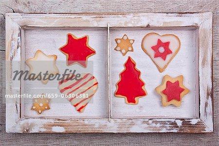 Assortiments biscuits de Noël dans un cadre en bois