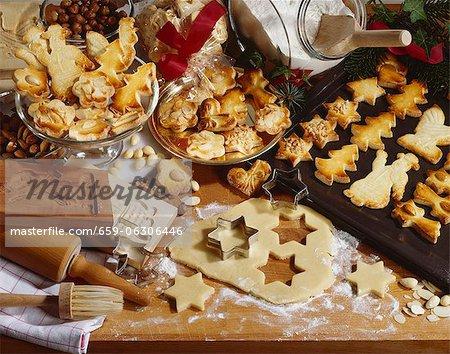 Weihnachtsgebäck, gebackenes und roh