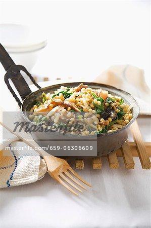 Weizen mit Spinat und getrocknete Pilze