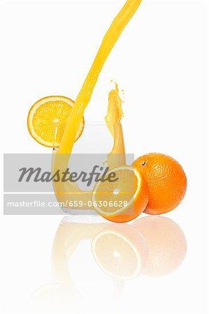 Orangensaft Gießen in ein Glas