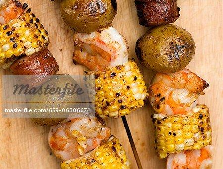 Garnelen, Mais, Würstchen und Kartoffeln Kabobs